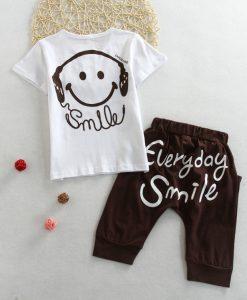 Køb smart sæt til drenge, med hvid t-shirt og brune busker med tekst